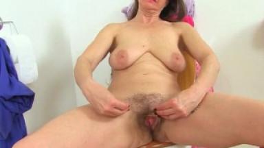 UK milf Josie toys her hairy fanny on toilet